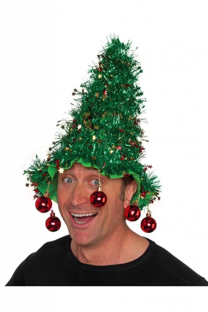 man met kerstballen op zijn bol